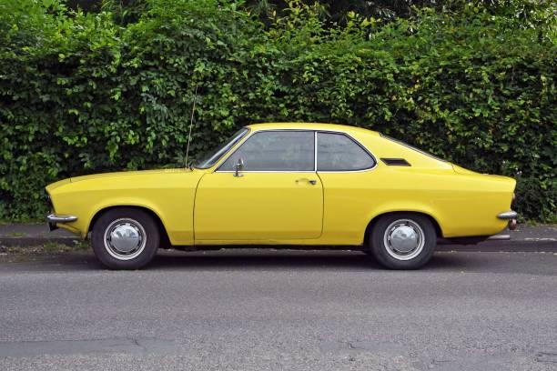 klassische coupé-auto auf der straße - alten muscle cars stock-fotos und bilder