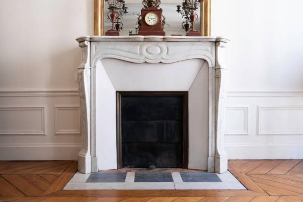 klassischer kamin in parisian home - wandspiegel weiß stock-fotos und bilder
