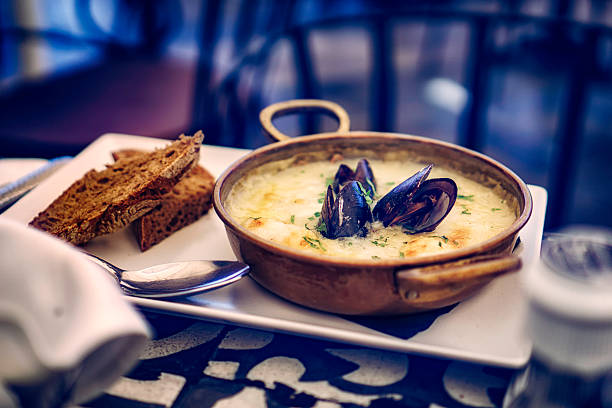 mejillones francés clásico plato de pescado - comida francesa fotografías e imágenes de stock