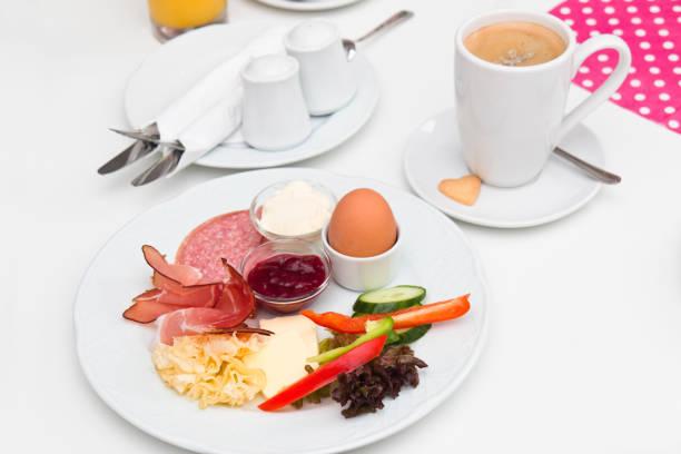klassische deutsche frühstück - käse wurst salat stock-fotos und bilder