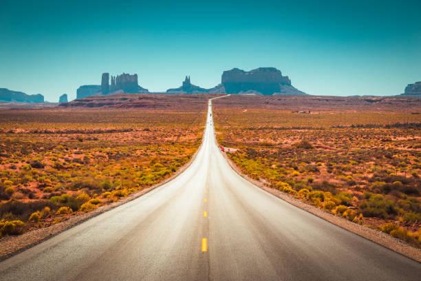 Klassische Autobahnansicht im Monument Valley, USA – Foto