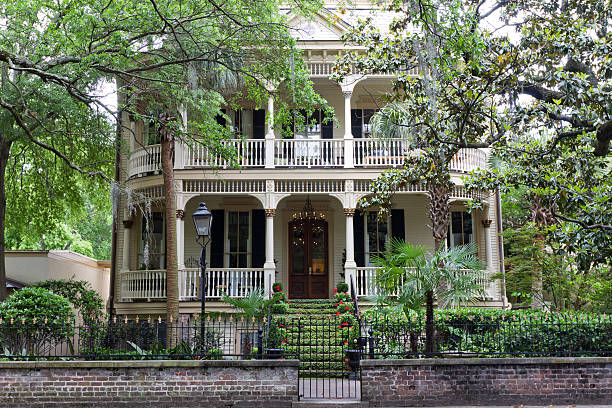 Classic Home in Historic Savannah, Georgia A southern manor located in the downtown histroic district of Savannah, Georgia stands proudly among the old oak trees. southern usa stock pictures, royalty-free photos & images