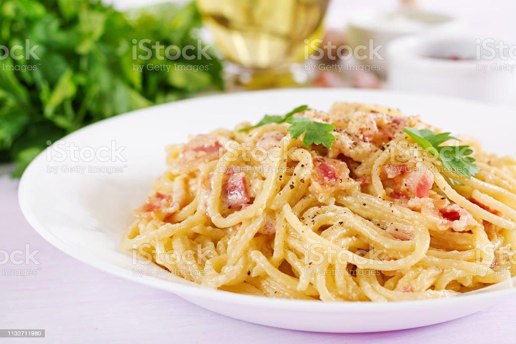 spaghetti carbonara mit sahne und ei
