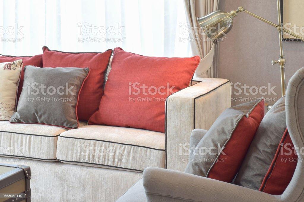 Klassische Industrielle Aussehen Wohnzimmer Mit Sofa Beige Und Rot