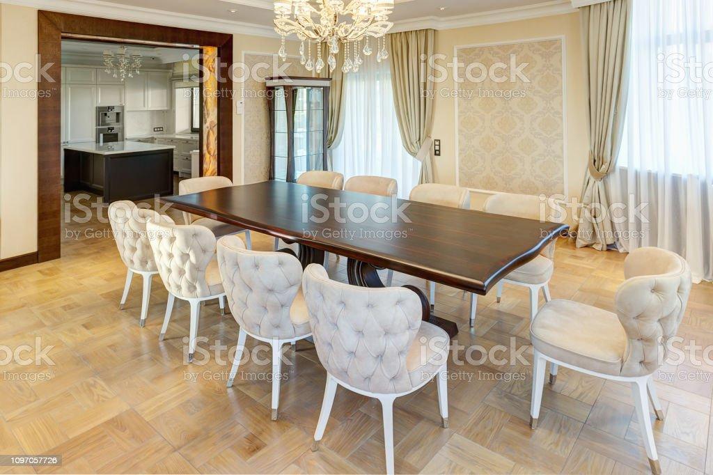 Sillas De Moda Para Comedor.Interior Clasico De Comedor En Colores Marron Blanco Beiges
