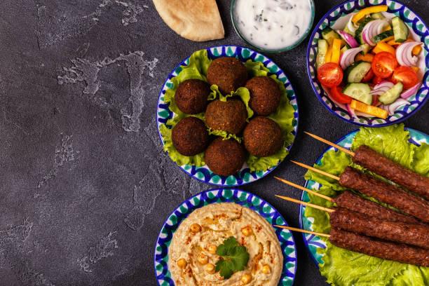 brochettes classiques, falafel et hoummos sur les plaques. - liban photos et images de collection