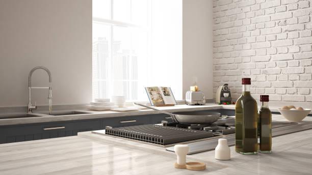 klasik mutfak yakın çekim, modern çelik gaz elektrik aletleri, yemek pişirme tava, yumurta ve yağ şişeleri kombine. modern mimari iç tasarım - ev mutfağı stok fotoğraflar ve resimler