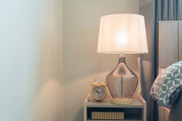 klasyczna lampa na drewnianej stronie stołu - lampa elektryczna zdjęcia i obrazy z banku zdjęć