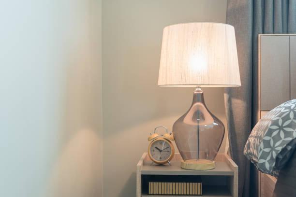 lampe classique sur le côté de la table en bois - lampe électrique photos et images de collection