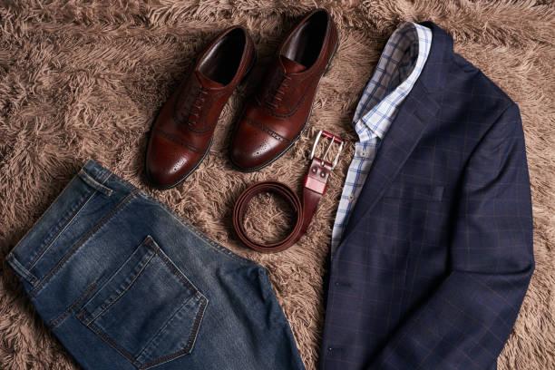 klassische herren kleidung wie dunkler anzugjacke - handtasche jeans stock-fotos und bilder