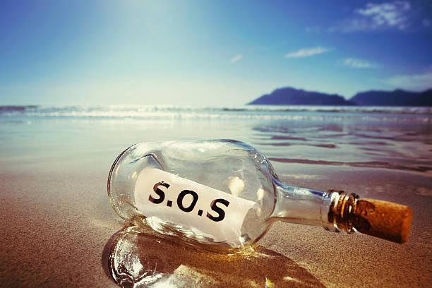 klassische nachricht in der flasche von castaway liest sich ganz einfach s.o.s. - rettungsinsel stock-fotos und bilder