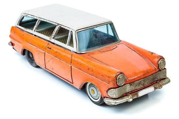 klassische miniatur-familie kombi-auto, isoliert auf weiss - kombi stock-fotos und bilder