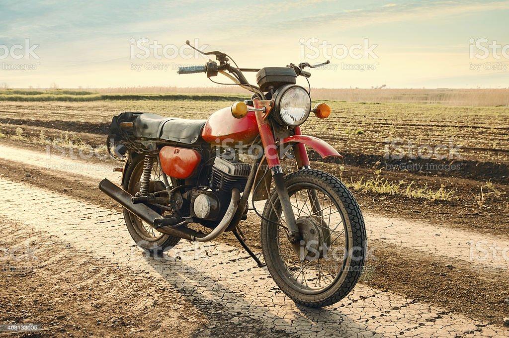 Klassische alte Motorrad auf der Schotterstraße. – Foto