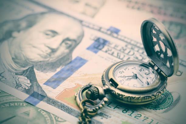 relógio de bolso clássico em uma conta de dólar de e.u. cem. - longo - fotografias e filmes do acervo