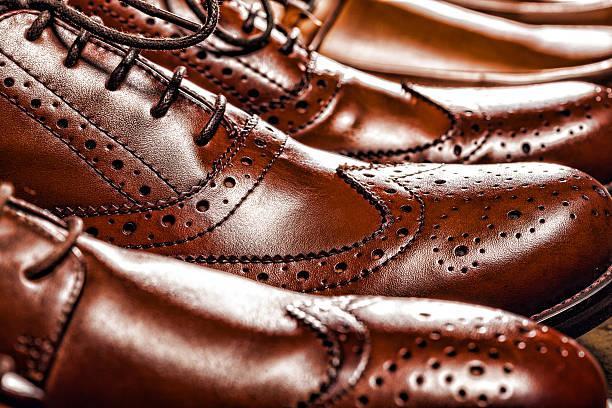 klassisch-eleganten herren brauner brogues oxford - budapester schuhe stock-fotos und bilder
