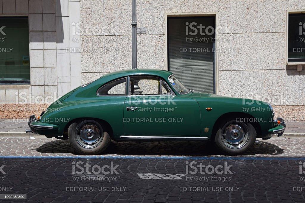 Foto De Classico Porsche 356 Na Rua E Mais Fotos De Stock De 1950 1959 Istock