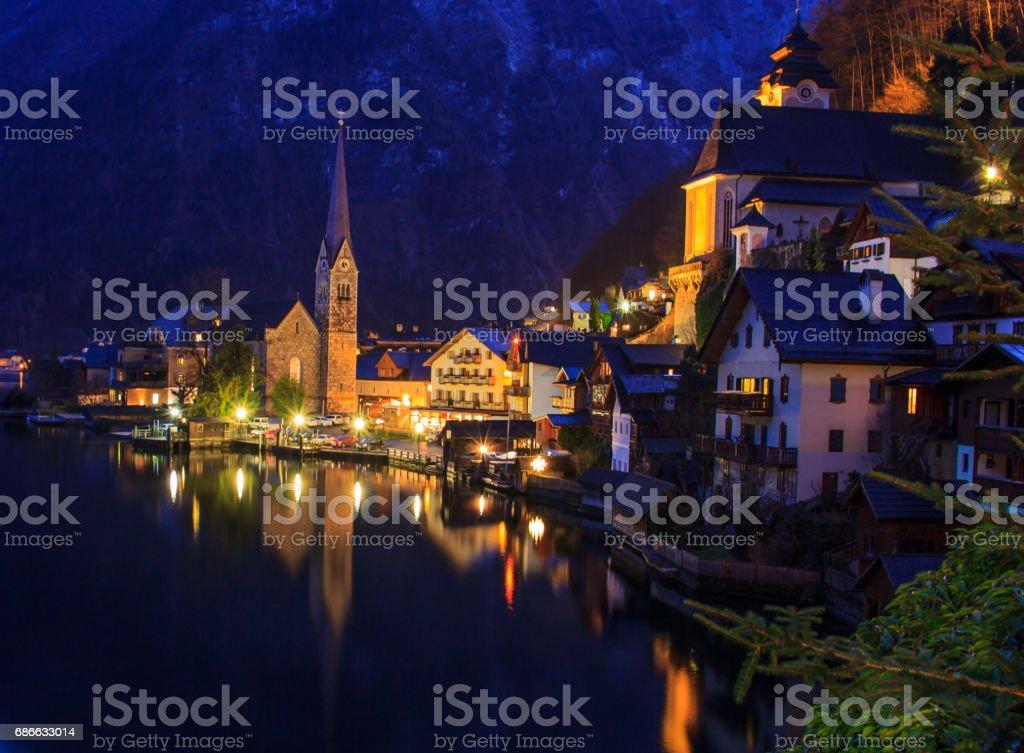 Classic postcard night view of Hallstatt alpine village on Hallstatt Lake, Hallstatt, Austria photo libre de droits