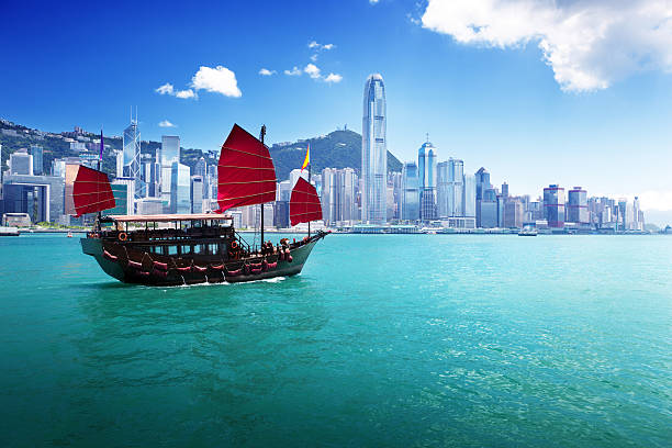 klassisches segelboot im hafen von hong kong - kowloon stock-fotos und bilder