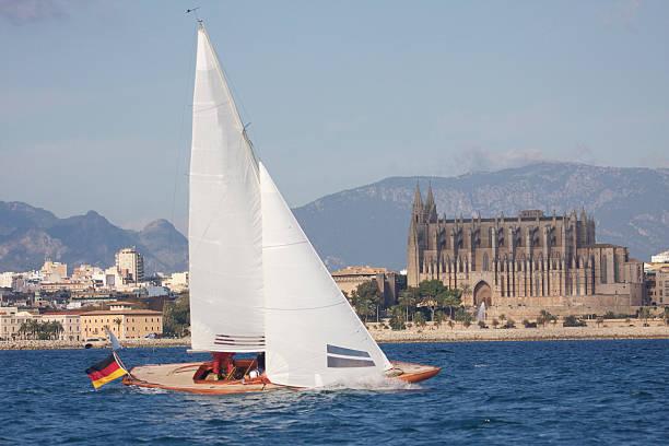 Klassisches Segelboot yacht und thecathedral von Mallorca – Foto
