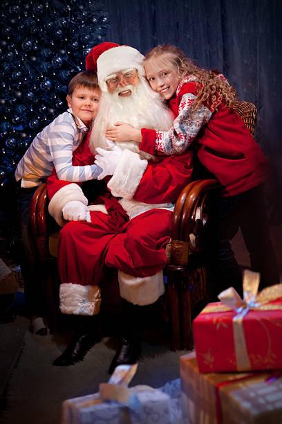 Klassische Santa sitzen mit Glückliche Kinder – Foto