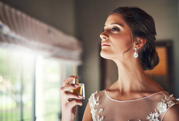 klasyczny zapach dla klasycznej panny młodej - perfumowany zdjęcia i obrazy z banku zdjęć