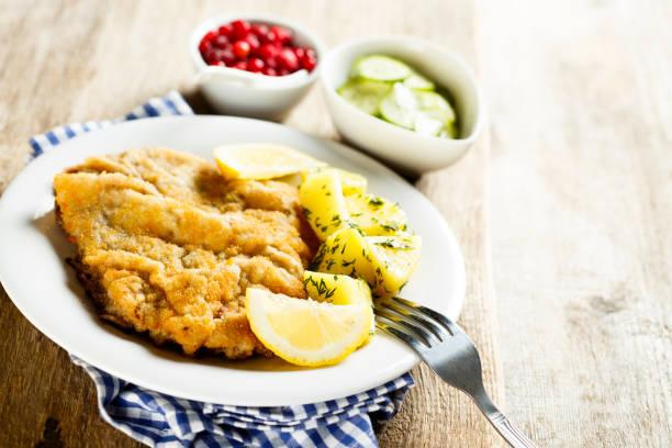 classic schnitzel with lemon - kürbisschnitzel stock-fotos und bilder