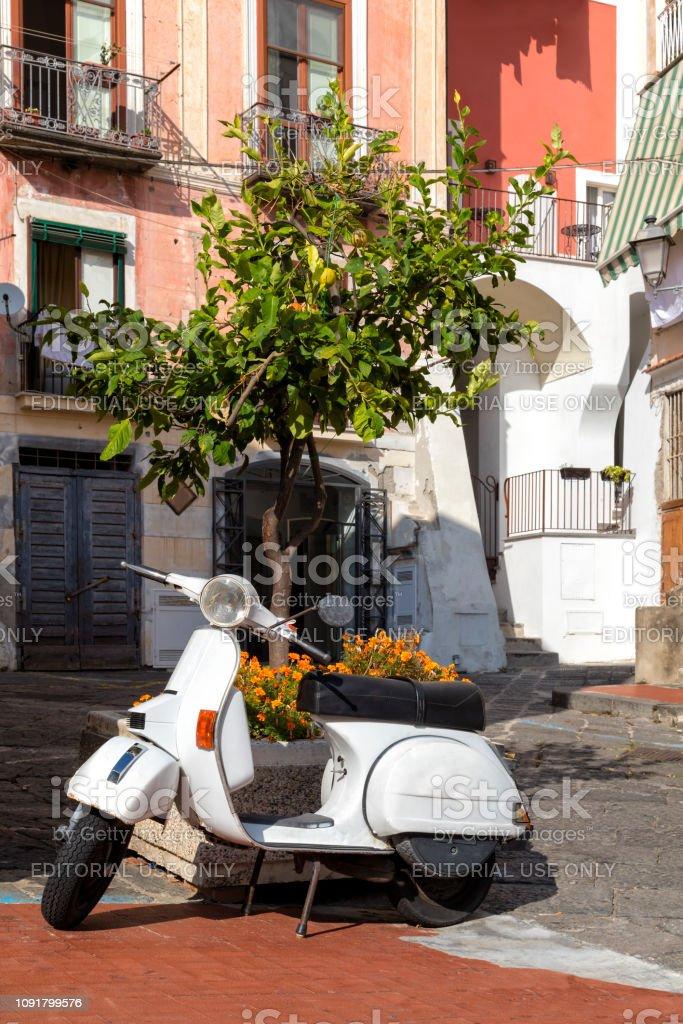 Klassische Roller in der Altstadt, Amalfiküste, Italien – Foto