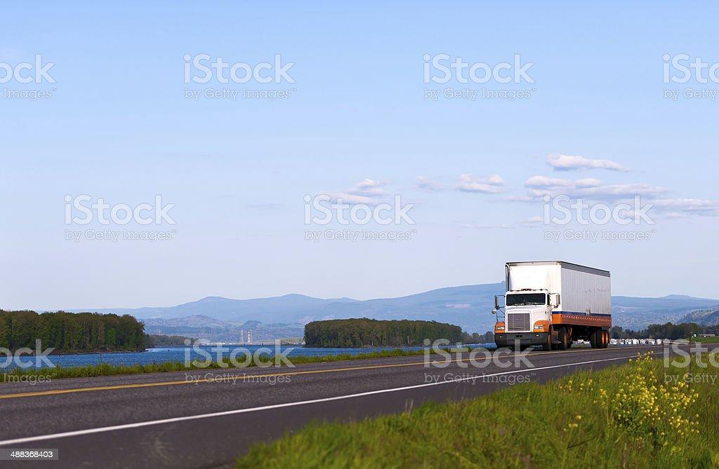 Classico camion sulla strada con bellissimo paesaggio foto stock royalty-free