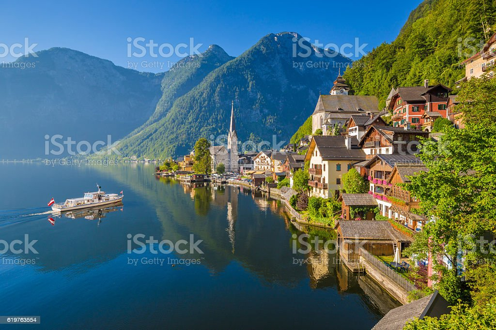 Classic view of Hallstatt at sunrise, Salzkammergut, Austria – Foto