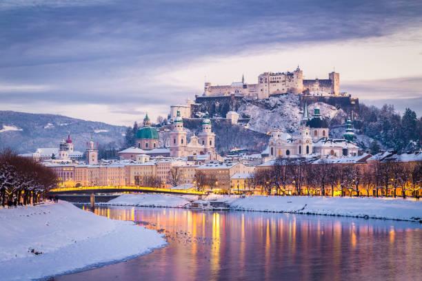 klassischer blick auf salzburg zur weihnachtszeit im winter, österreich - salzburg stock-fotos und bilder