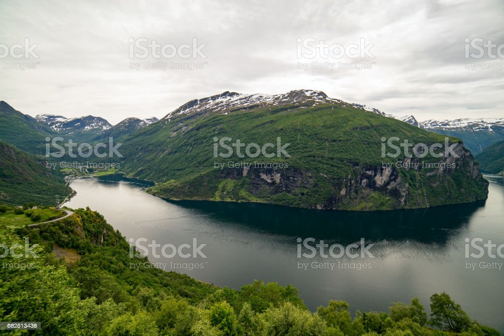 Classic view to Geiranger fjord with waterfall, Norway foto de stock libre de derechos