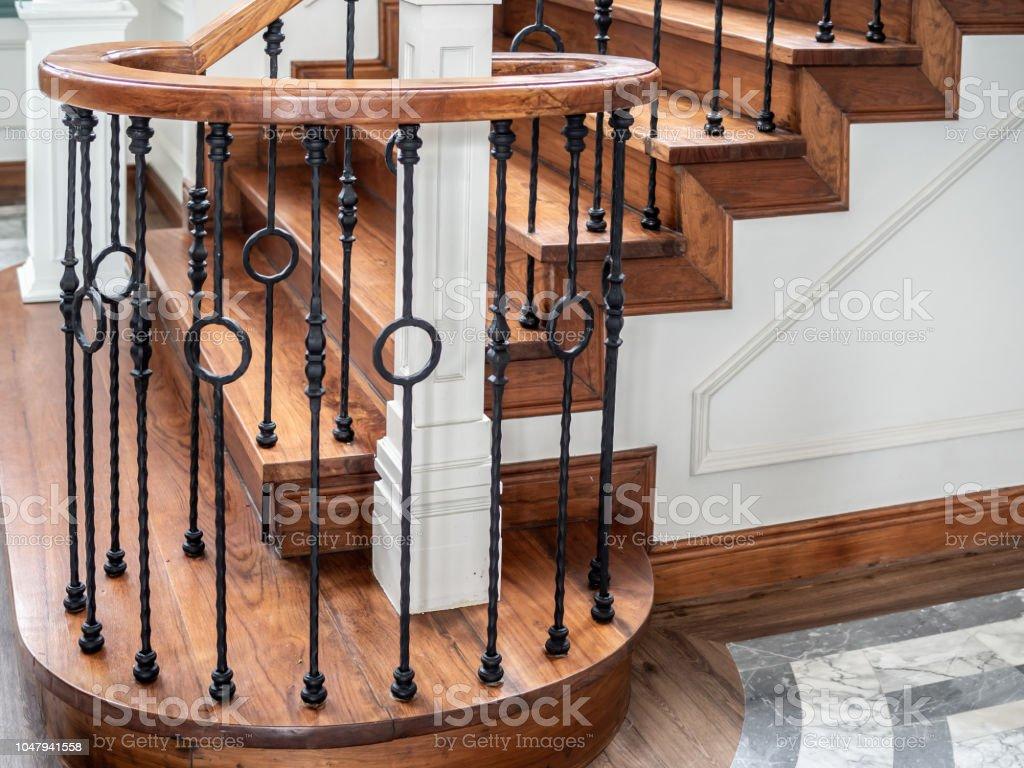 Escalier Dans La Maison photo libre de droit de classic vintage escalier dans la