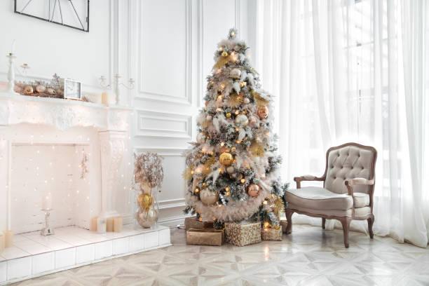 klassische weiße weihnachten-interieur - weihnachtlich dekorieren stock-fotos und bilder