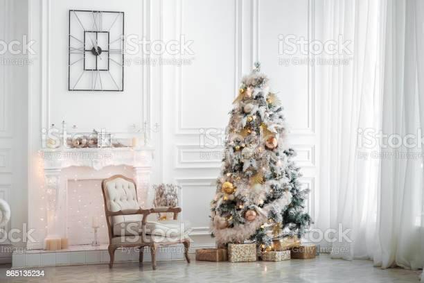 Classic white christmas interior picture id865135234?b=1&k=6&m=865135234&s=612x612&h=0wirzmle sd7vlxzap3d2vuaml7 i5xhjmzhfgx1w 8=