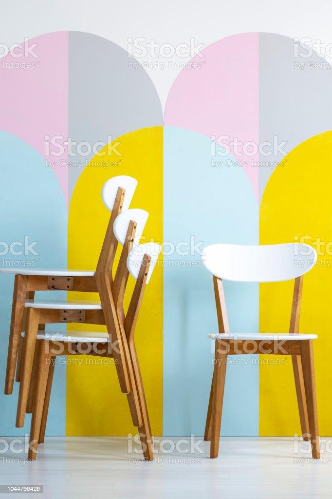 Klassisch Holz Esszimmerstühle Mit Weißen Elementen Vor