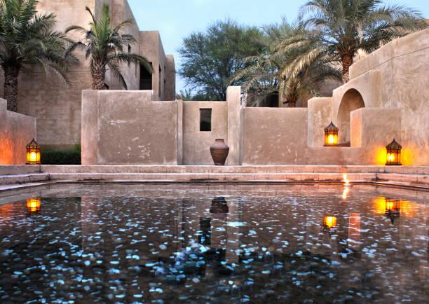 klassische architektonische arabische stil oase gebäude - hochzeitsreise dubai stock-fotos und bilder