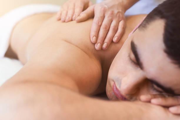klassische ganzkörpermassage bei physiotherapeuten - chiropraktik wellness stock-fotos und bilder