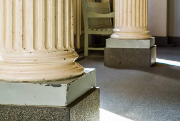 klassische griechische und römische innenarchitektur, cremeweiße säulen in nahaufnahme - pole scheunen designs stock-fotos und bilder