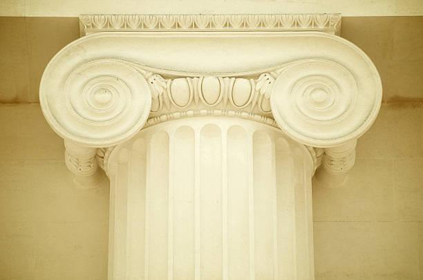 classique à colonnes ioniques en marbre de couleur crème - chapiteau colonne architecturale photos et images de collection