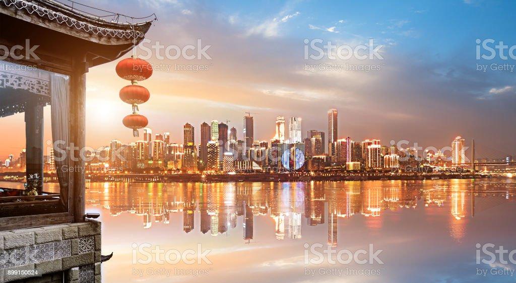 Klassische Loft und moderne Skyline in China Chongqing - Lizenzfrei Alt Stock-Foto