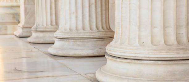 piliers de marbre classiques sur la façade, athènes grèce - colonne architecturale photos et images de collection