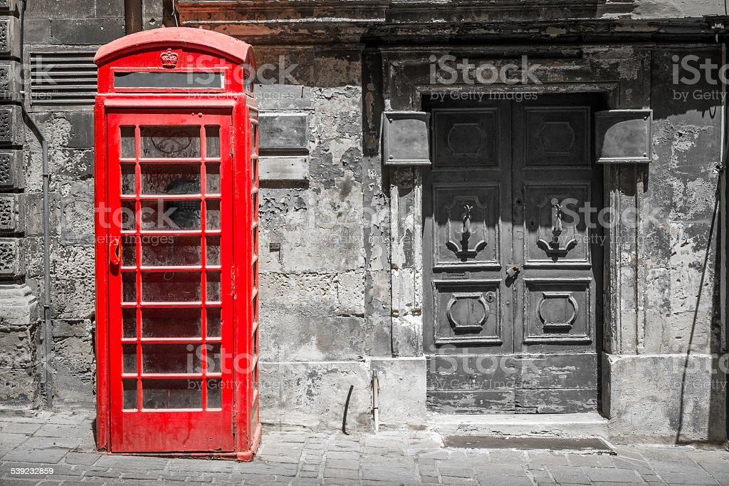 Tradicional vermelha cabine telefônica em preto e branco de imagem foto royalty-free