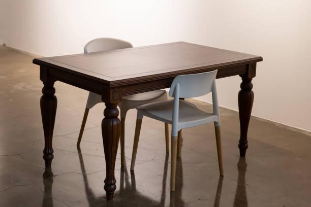 klassische tische und moderne stühle. - ikea stühle holz stock-fotos und bilder