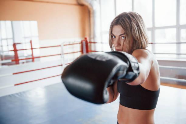Klassischer Punsch. Sportlerinnen trainieren im Boxring In schwarz gefärbter Kleidung – Foto