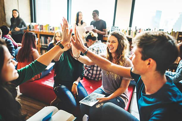Compañero de clase Internacional amigo concepto de compartir con montaje tipo aula - foto de stock
