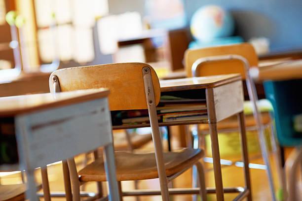 con montaje tipo aula con escritorios de madera vacía - escuela primaria fotografías e imágenes de stock