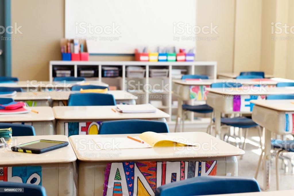 Salle de classe sans enfants à la fin de l'école nommée souvent hors de l'école. - Photo