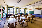 Classroom et elementary school without people.