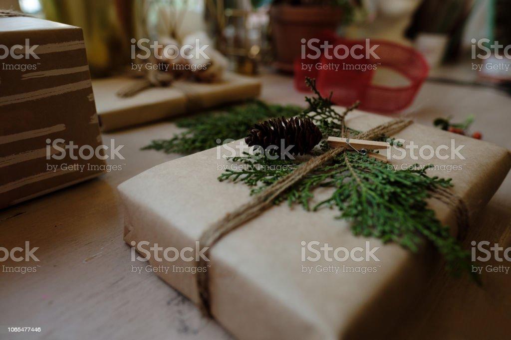 Edle Weihnachtsgeschenke.Edle Weihnachtsgeschenkebox Präsentiert Auf Braunem Papier