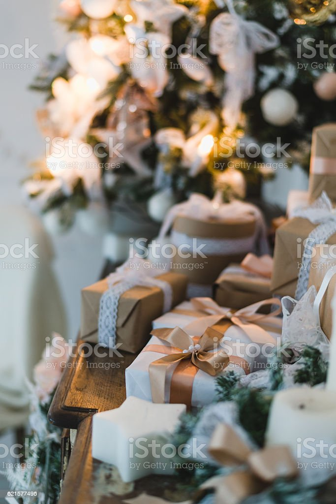 Classy Christmas hand made gifts box presents with brown bows photo libre de droits